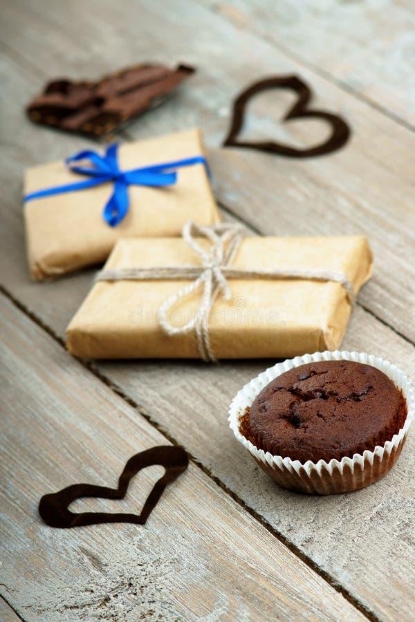 Muffin del cioccolato, contenitori di regalo e forme del cuore fotografie stock libere da diritti