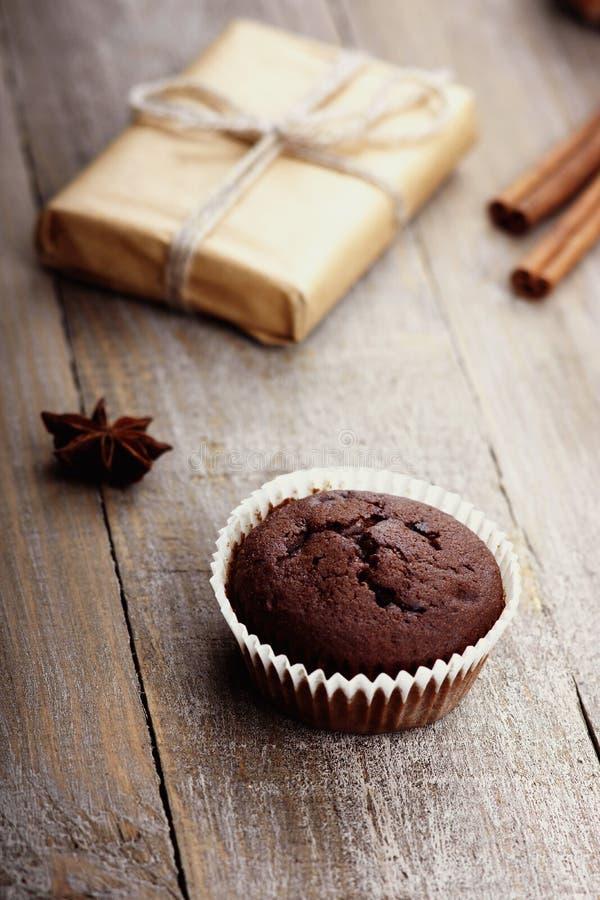 Muffin del cioccolato e contenitore di regalo immagini stock