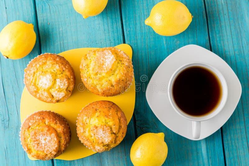 Muffin del limone con la tazza di tè/di caffè fotografia stock