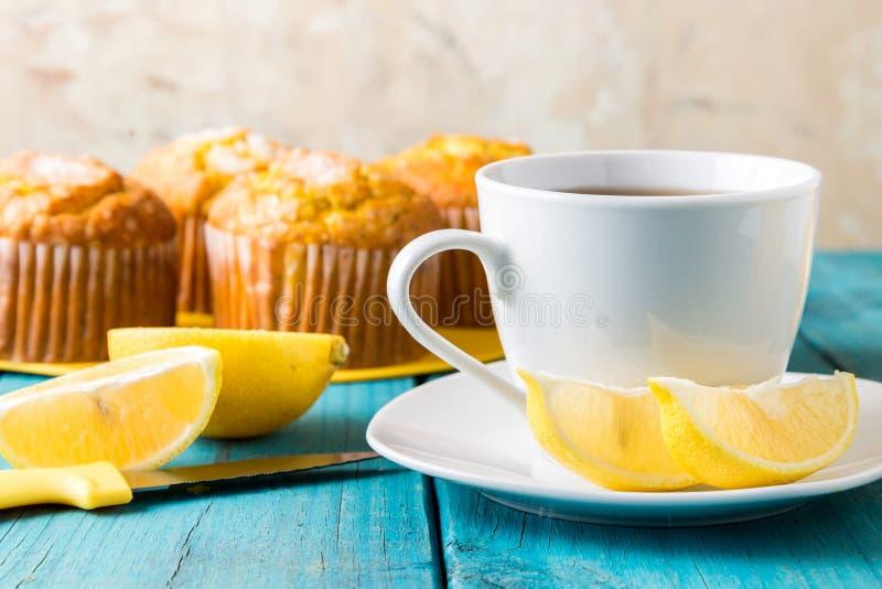 Muffin del limone con la tazza di tè/di caffè immagini stock