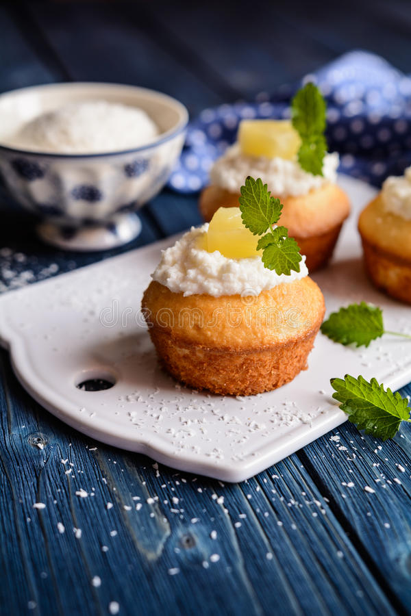 Muffin dell'ananas e della noce di cocco fotografia stock