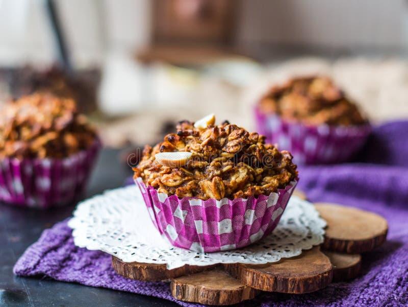 Muffin dell'avena del vegano con i frutti ed i dadi secchi fotografia stock libera da diritti
