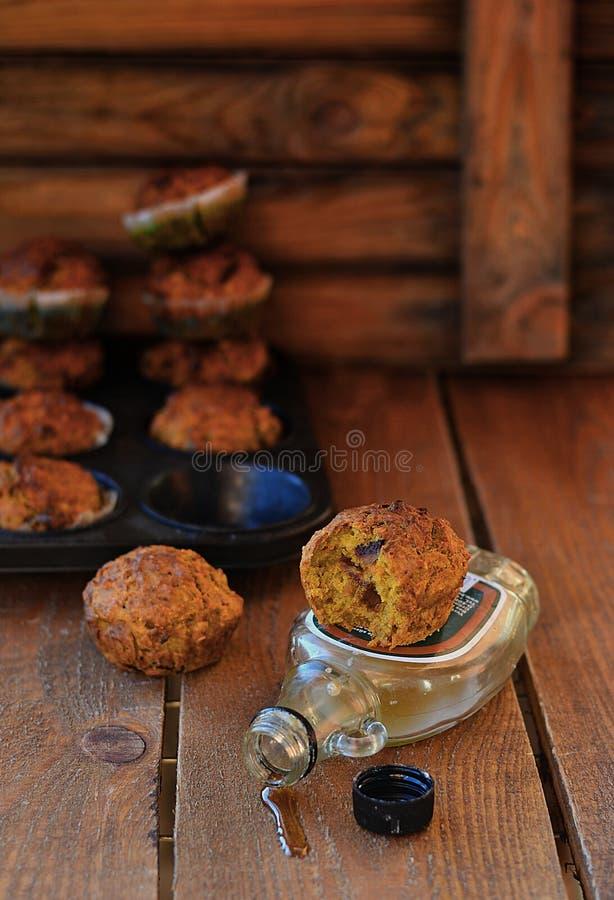 Muffin della carota con sciroppo d'acero immagine stock