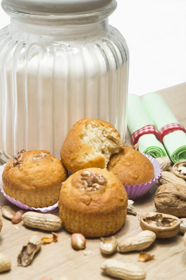 Muffin della noce su un fondo bianco fotografie stock