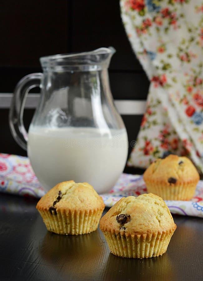 Muffin di pepita di cioccolato con latte fotografia stock