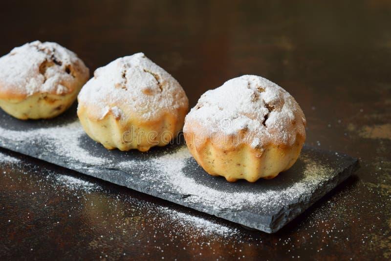 Muffin dolce dalla farina libera e dalla noce del glutine, spruzzate con la polvere dello zucchero Cottura casalinga Alimento veg fotografia stock
