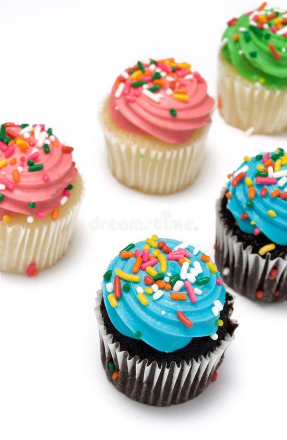 Muffin dolci blu, rosa e verdi del cioccolato e della vaniglia immagine stock libera da diritti