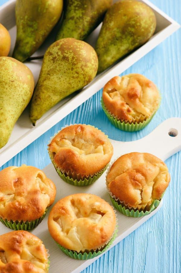 Muffin dolci casalinghi con il riempimento della pera immagine stock