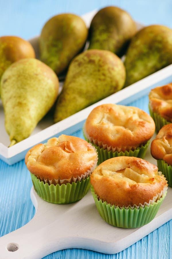 Muffin dolci casalinghi con il riempimento della pera fotografia stock libera da diritti