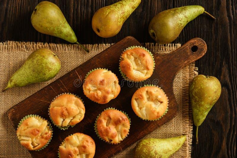 Muffin dolci casalinghi con il riempimento della pera fotografia stock