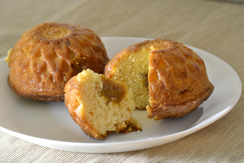 Muffin due su un piatto bianco con un riempimento fotografie stock