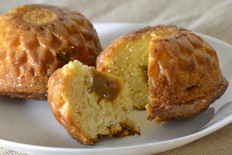 Muffin due su un piatto bianco con un riempimento fotografia stock