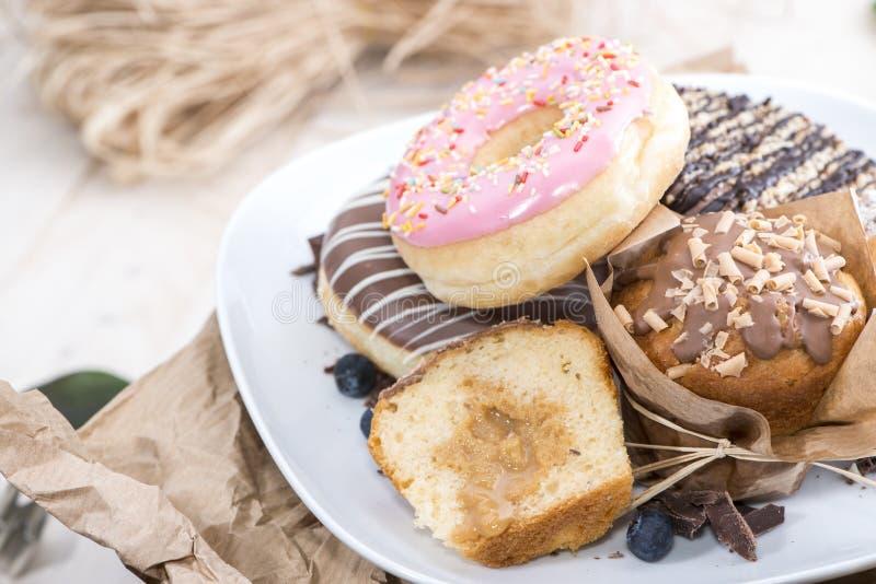 Muffin e guarnizioni di gomma piuma casalinghi fotografia stock libera da diritti