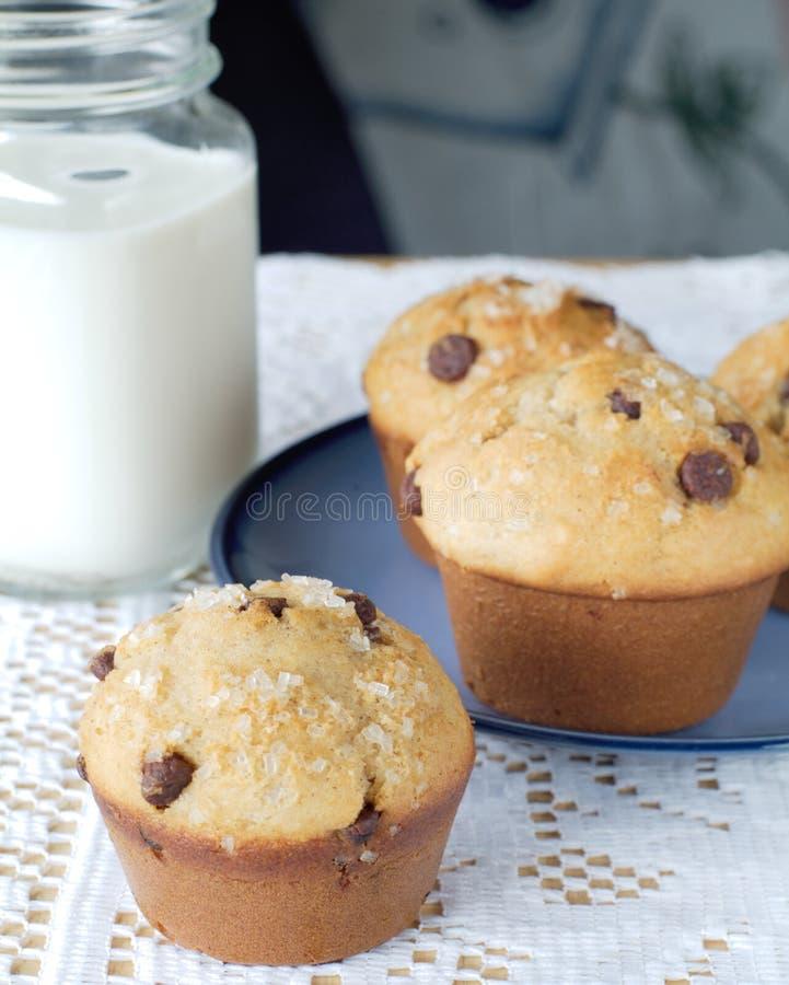 Muffin e latte di pepita di cioccolato fotografia stock libera da diritti