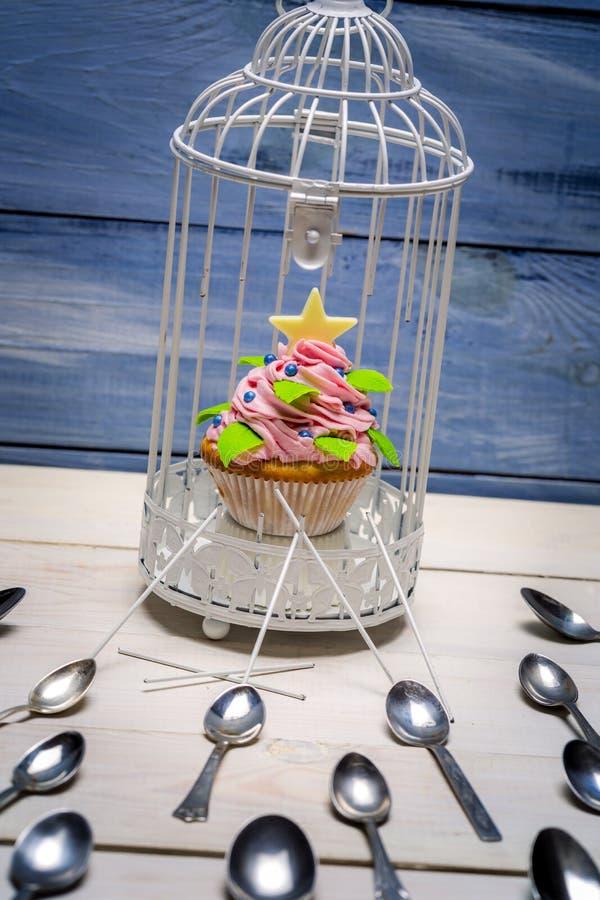 Muffin in een kleine kooi royalty-vrije stock afbeelding