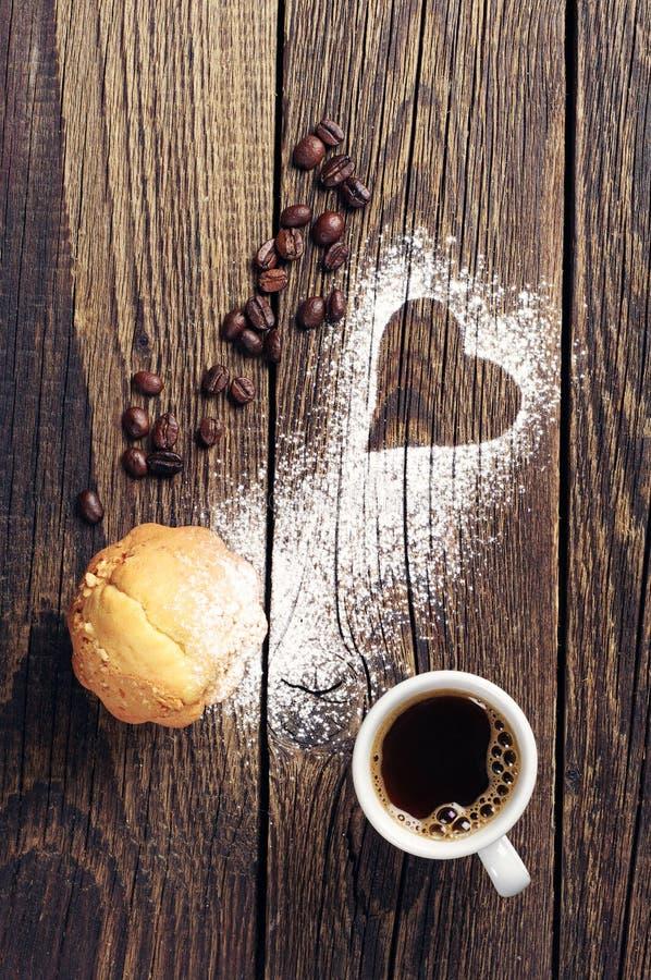 Download Muffin en kop van koffie stock afbeelding. Afbeelding bestaande uit bonen - 39103927