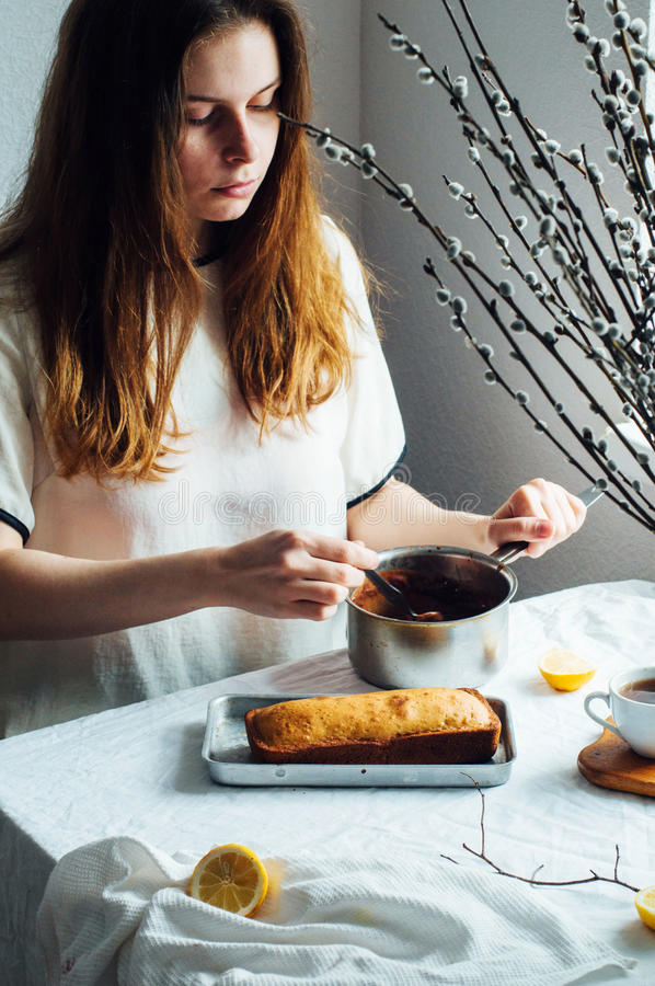 Muffin för frukost Lantligt utforma Hemlagat ny-bakat M royaltyfri foto