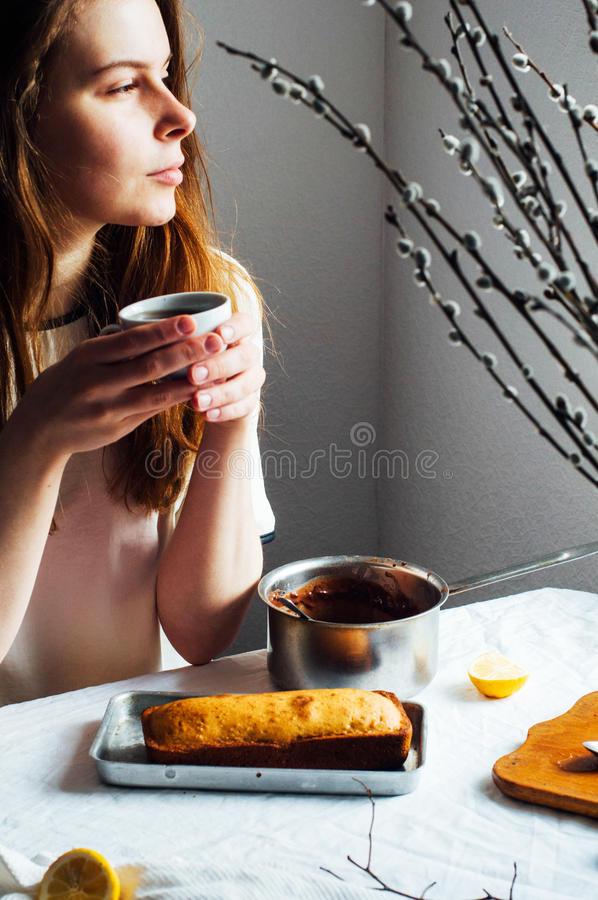 Muffin för frukost Lantligt utforma Hemlagat ny-bakat M royaltyfri bild