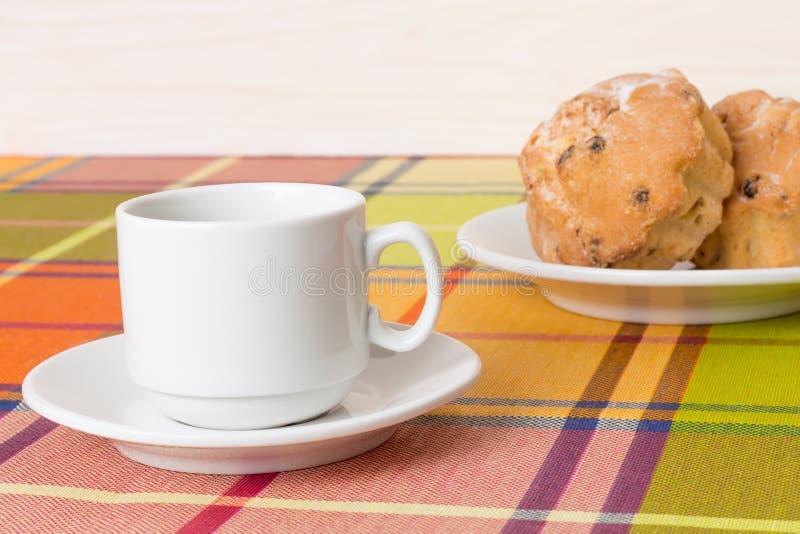 Muffin för kaffekopp på tabellen royaltyfria foton