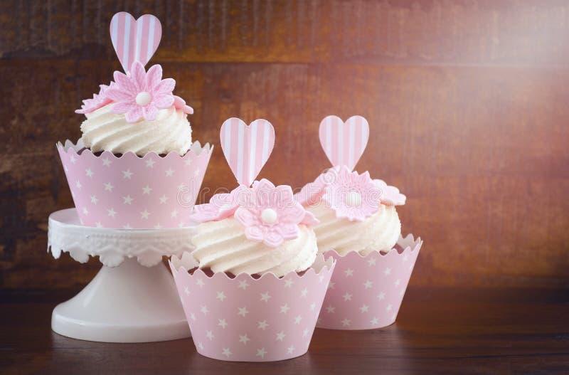 Muffin för rosa färger för stil för bröllopdag sjaskiga chic arkivfoto
