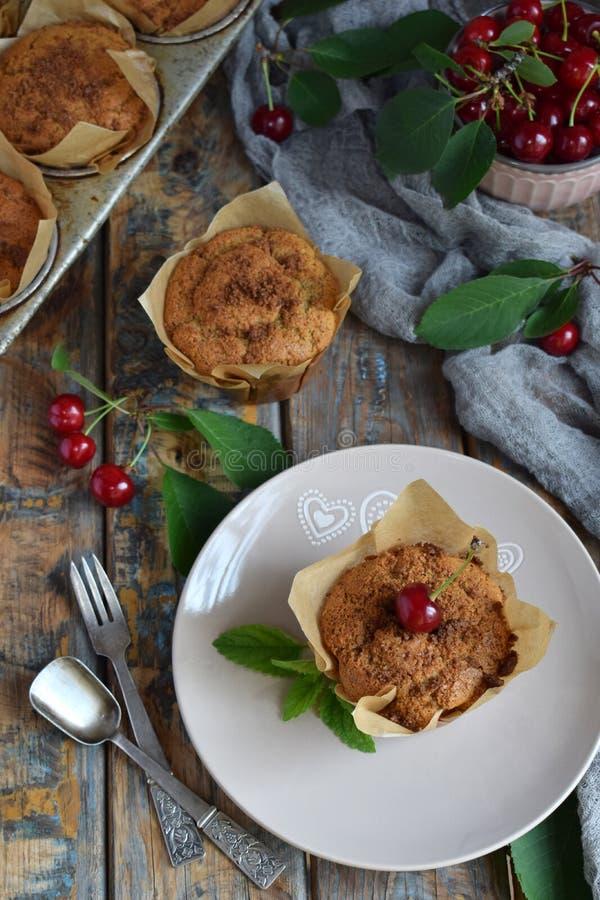 Muffin fr?n linfr?, hirs och rismj?l med k?rsb?r stekhett hemlagat Organisk sund vegetarisk mat Gluten frig?r mejeri arkivbilder