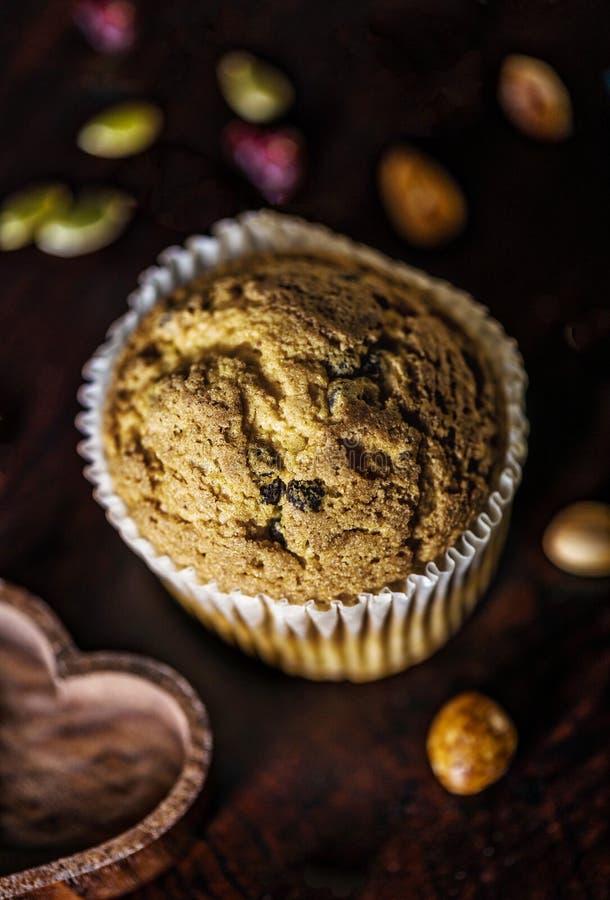 Muffin Freen γλουτένης με τα σκοτεινά unsweetened φασόλια σοκολάτας, στοκ εικόνες