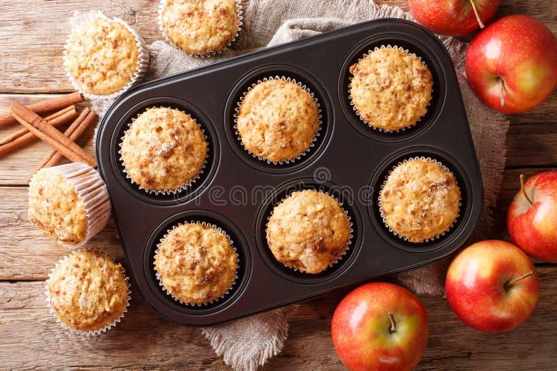 Muffin freschi della mela di stile rustico con il primo piano della cannella sulla tavola vista superiore orizzontale immagini stock libere da diritti