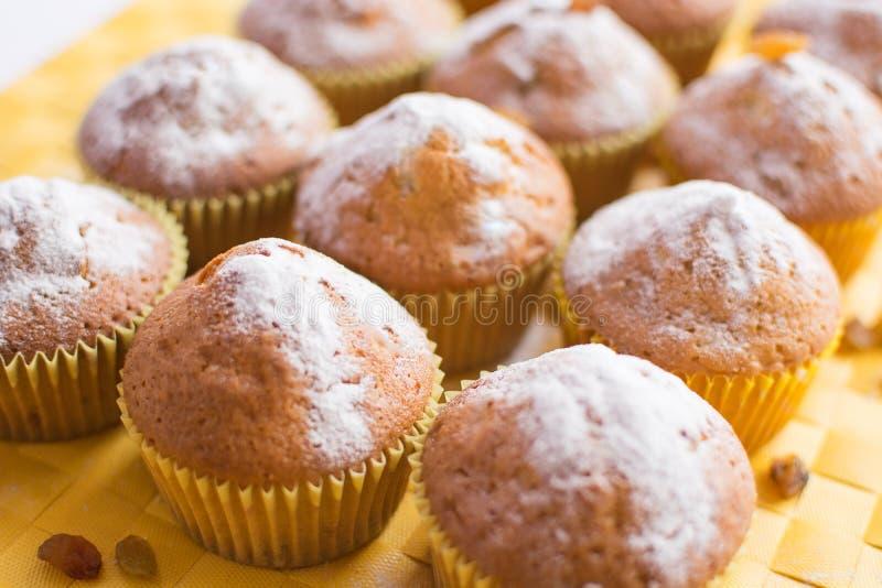 Muffin freschi sul tovagliolo giallo fotografia stock libera da diritti