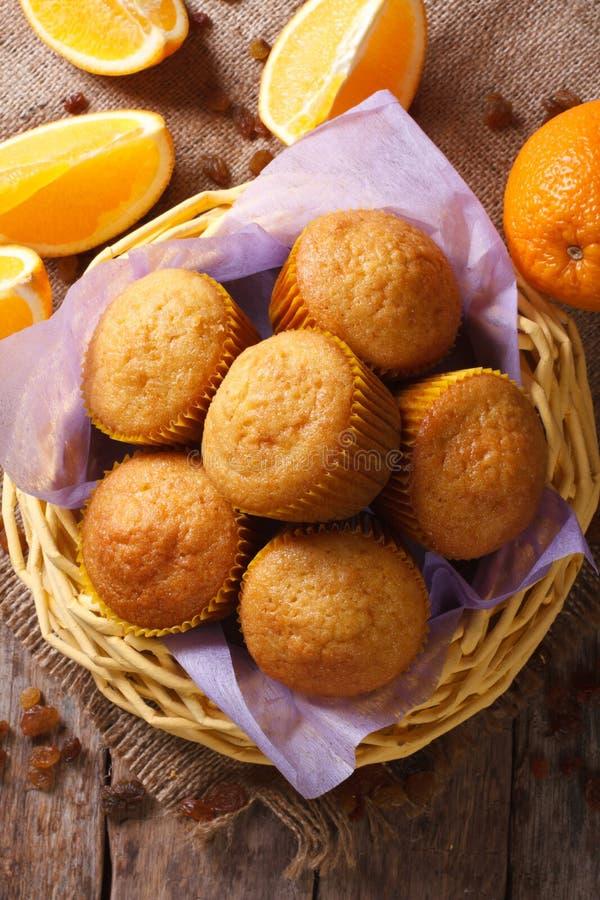 Muffin freschi in un canestro e punto di vista verticale delle arance da sopra immagine stock libera da diritti