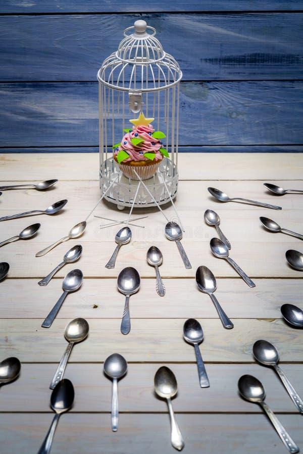 Muffin gestohlen durch Löffel lizenzfreies stockbild
