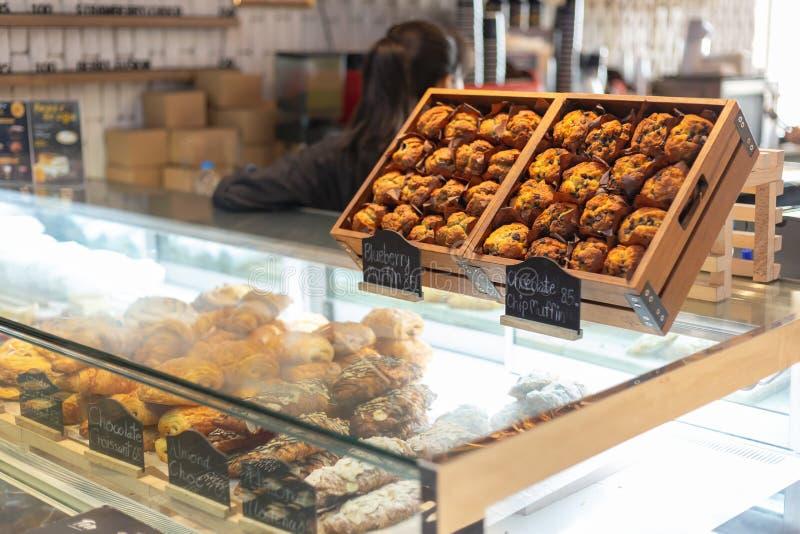Muffin i en träask arkivfoto