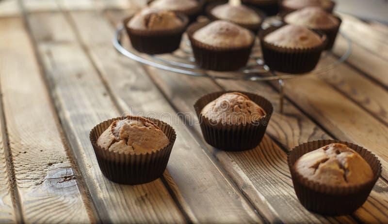 Muffin i form för brunt papper arkivfoto