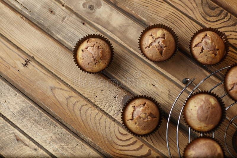 Muffin i form för brunt papper fotografering för bildbyråer