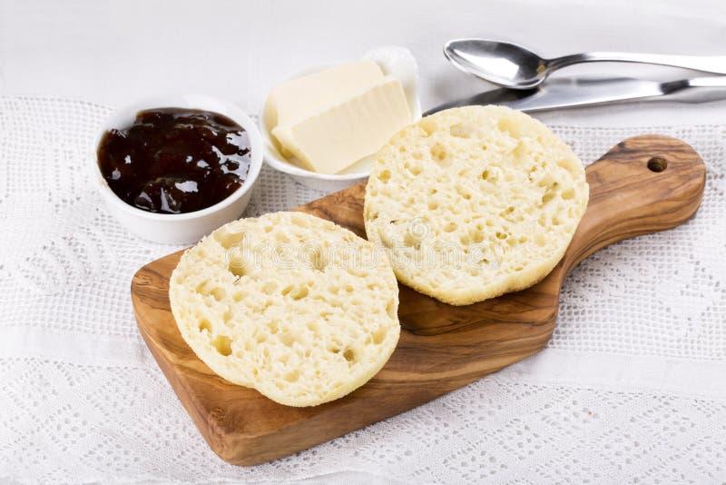 Muffin inglesi casalinghi freschi della prima colazione con burro ed inceppamento fotografia stock libera da diritti