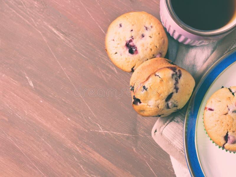 Muffin med bär på trätabellen royaltyfria foton