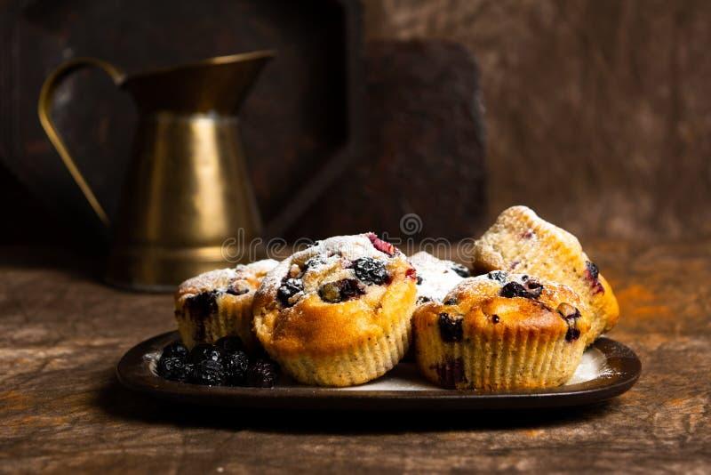 Muffin med bärfrukt arkivfoton