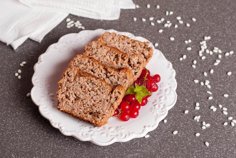 Muffin med den röda vinbäret arkivbild