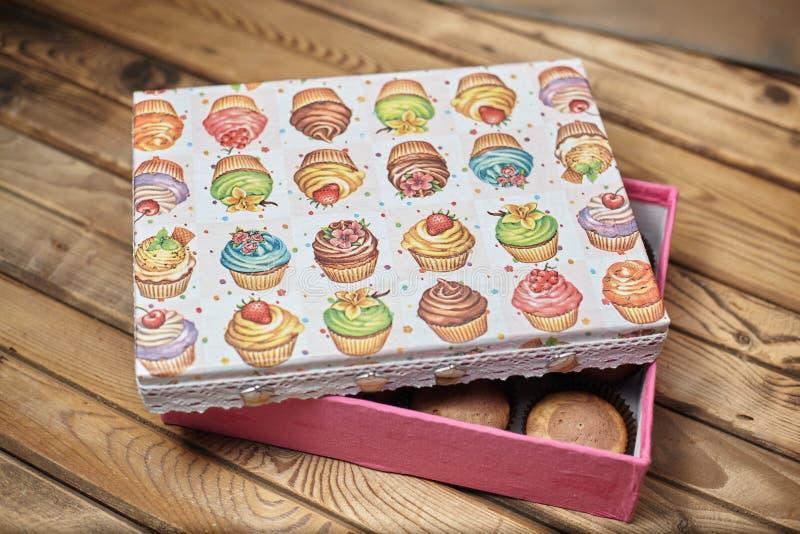 Muffin med en gåvaask med kakan avbildar fotografering för bildbyråer