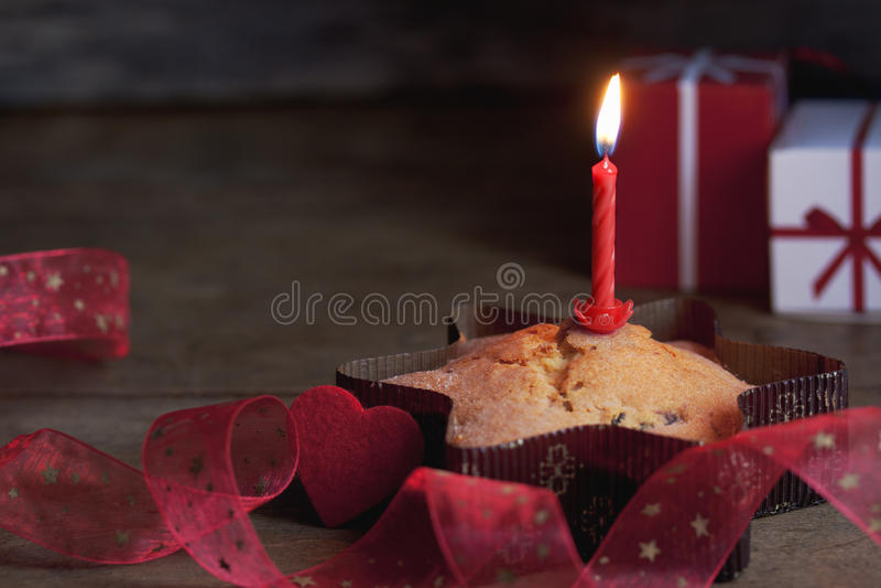 Muffin med en stearinljus arkivfoton