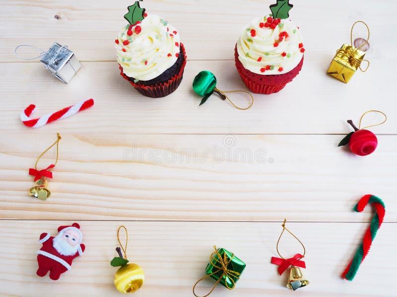 Muffin med jul formar och smyckar garnering på trä royaltyfri fotografi