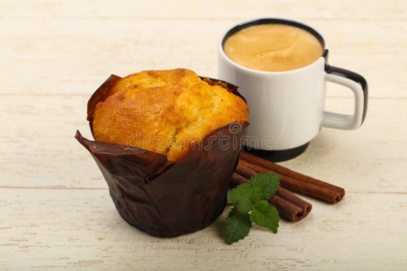 Muffin med kaffe fotografering för bildbyråer