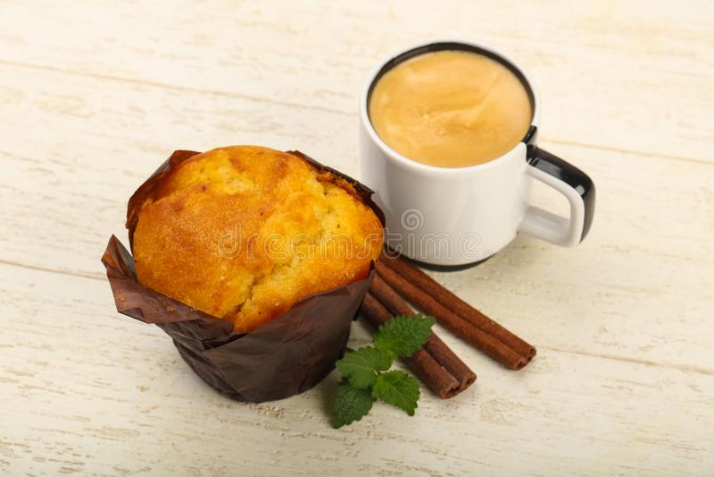 Muffin med kaffe royaltyfria foton