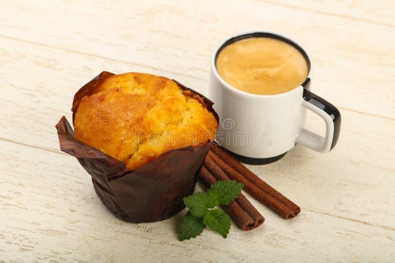 Muffin med kaffe arkivbilder