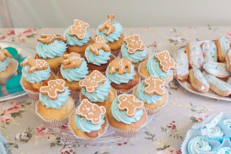 Muffin med kakor arkivfoton