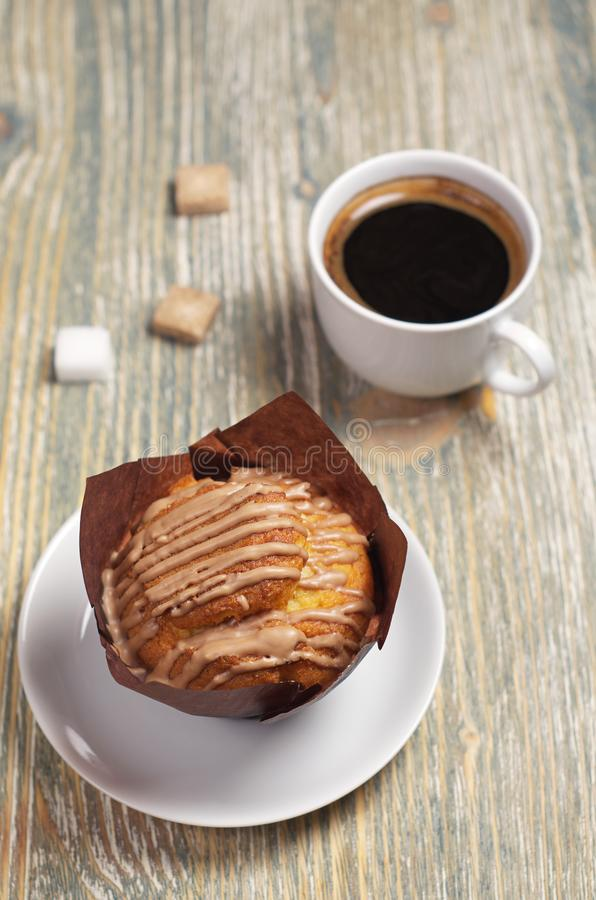 Muffin med kräm och kaffe arkivfoton