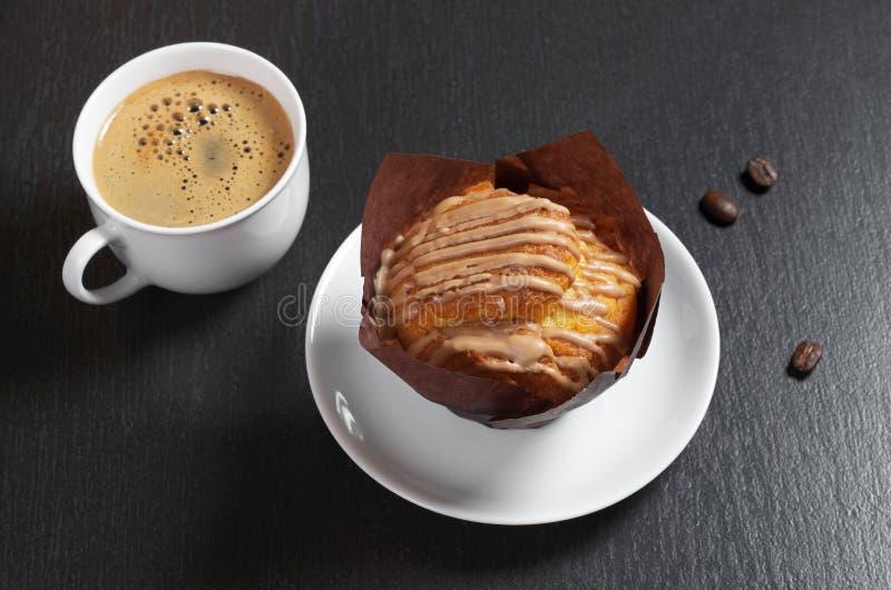 Muffin med kräm och kaffe royaltyfri foto