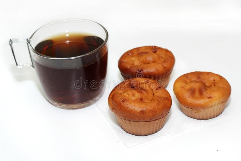Muffin med te eller kaffe royaltyfria bilder