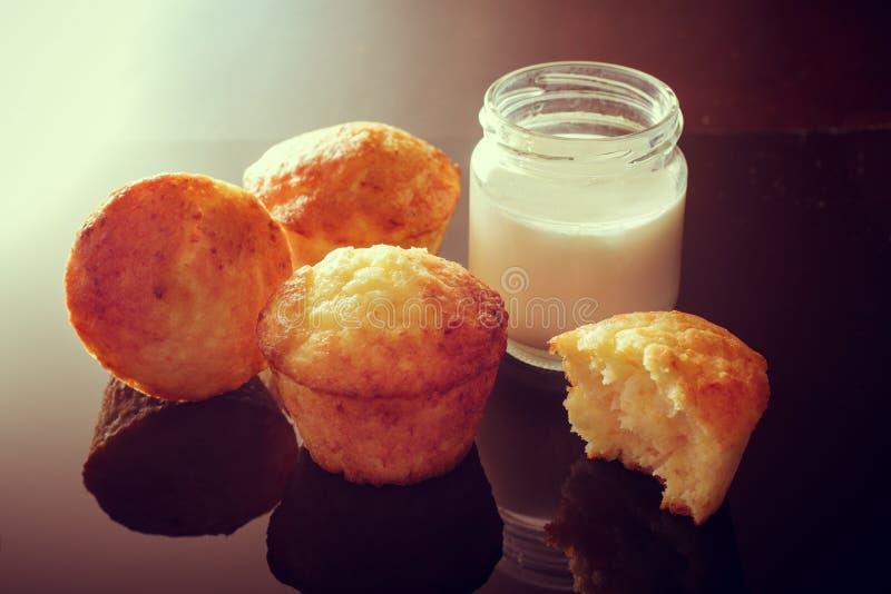 Muffin med tillägget av yoghurten Krus av hemlagad yoghurt arkivbild