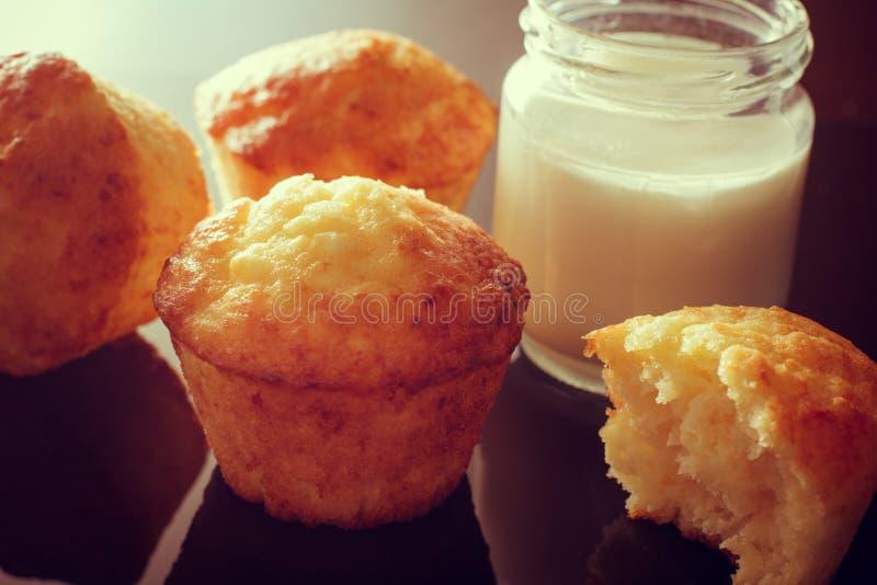 Muffin med tillägget av yoghurten Krus av hemlagad yoghurt fotografering för bildbyråer