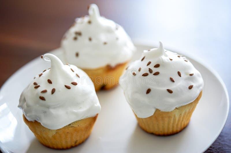 Muffin med vitkräm royaltyfria bilder